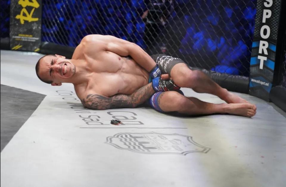 Nikola Egic đau đớn sau khi phải nhận 1 đòn đá vào hạ bộ.