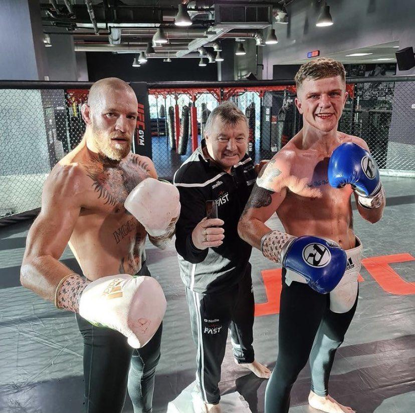 McGregor sau 1 buổi tập cùng Dylan Moran và Phil Sutcliffe. Ảnh Twitter Dylan Moran.
