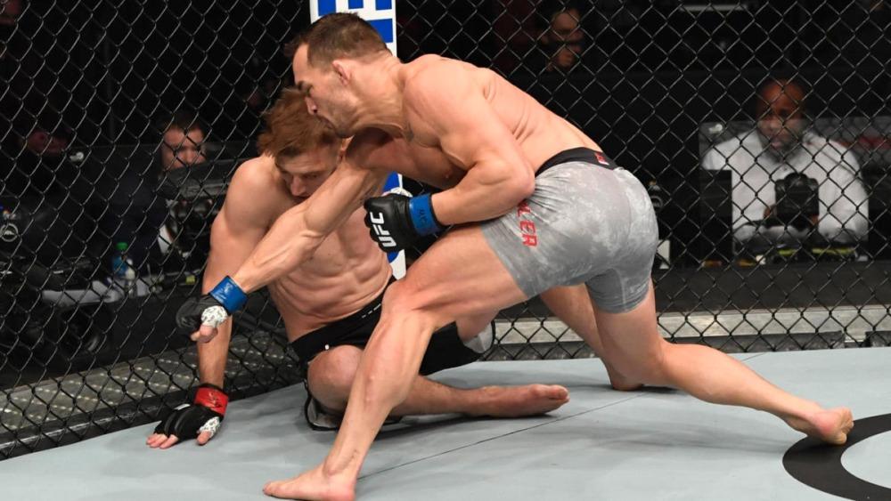 Michael Chandler đánh bại Dan Hooker tại sự kiện đồng chính UFC 257.