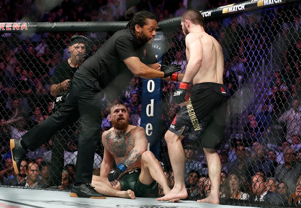 Khabib Nurmagomedov đánh bại Conor McGregor tại UFC 229.