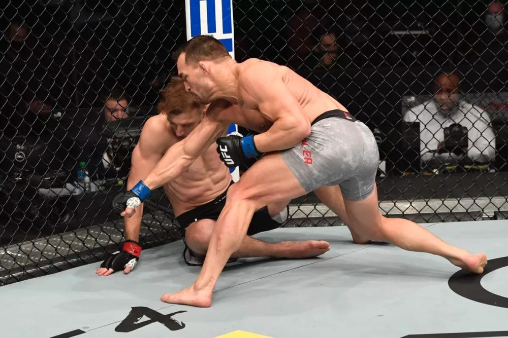 Michael Chandler đánh bại Dan Hooker tại UFC 257.