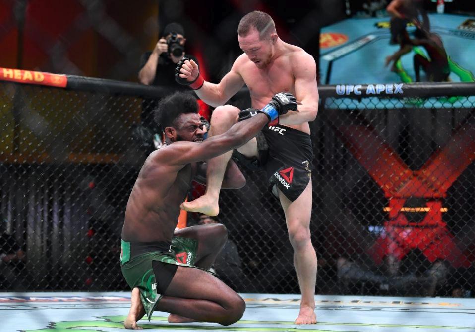 Đòn đánh phạm quy của Petr Yan giúp Aljamain Sterling giành đai hạng gà tại UFC 259.