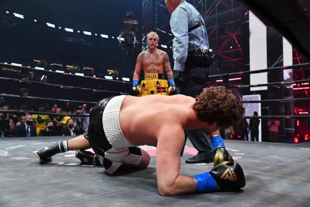 Jake Paul đánh bại Ben Askren ngay trong hiệp 1.