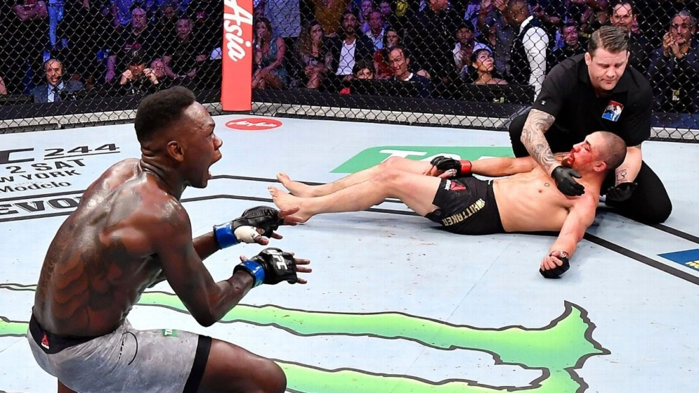 Israel Adesanya đánh bại Robert Whittaker tại UFC 243.