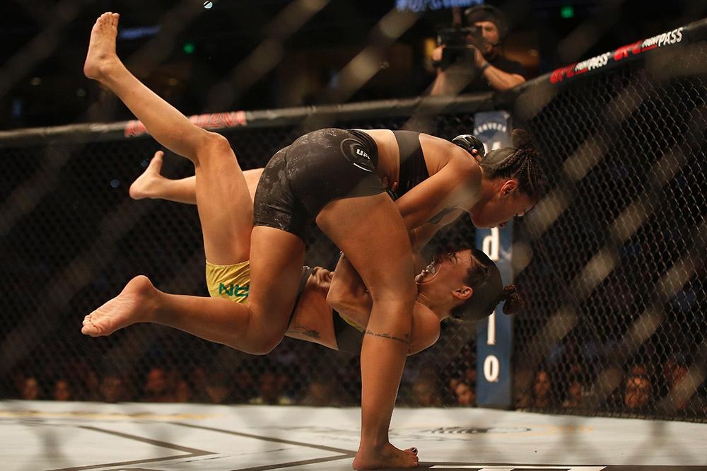 Amanda Ribas (đồ thi đấu màu đen) chiếm ưu thế trong phần lớn thời gian trước Marina Rodriguez tại UFC 257.