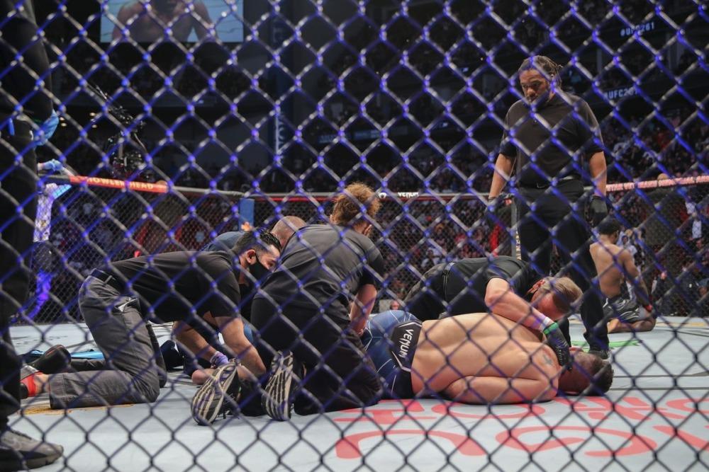 Chris Weidman bị gãy chân trong trận đấu với Uriah Hall tại sự kiện UFC 261.