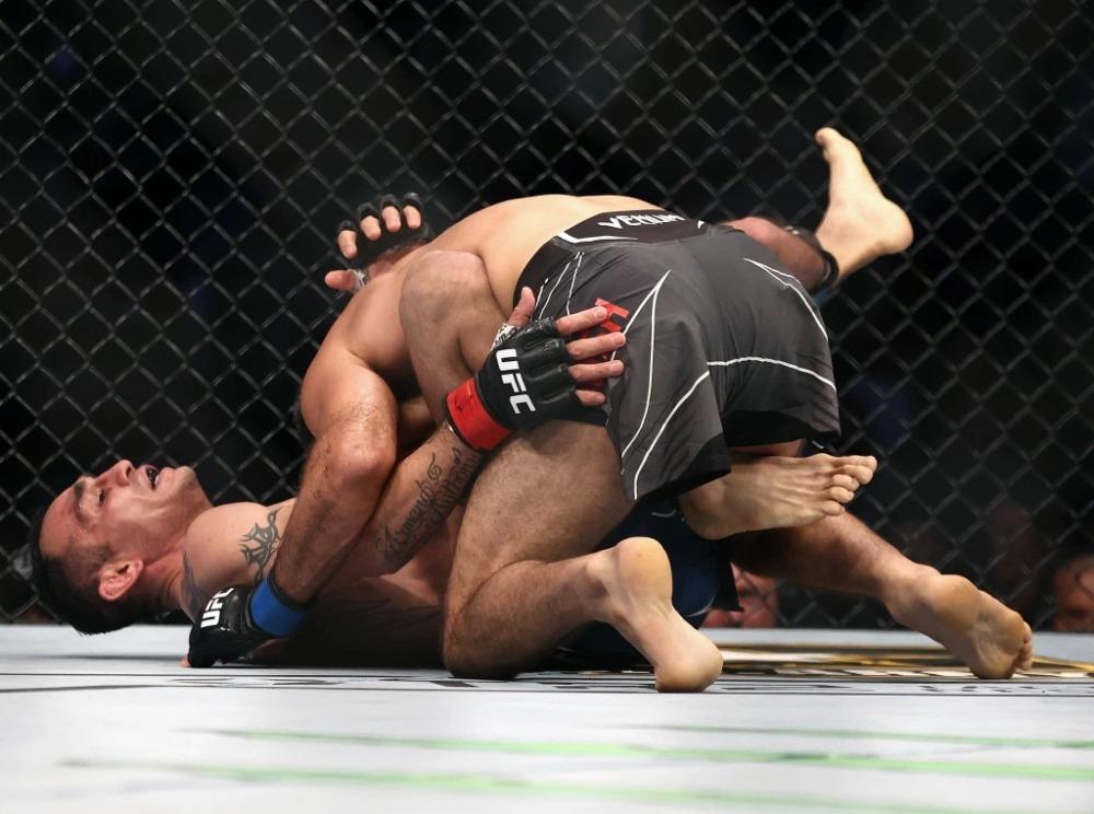Tony Ferguson bị Beneil Dariush đánh bại tại UFC 262.