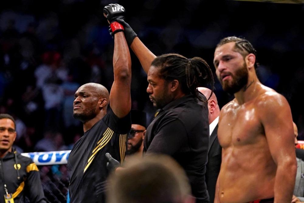 Kamaru Usman tiếp tục thể hiện sự thống trị tại hạng cân bán trung UFC.