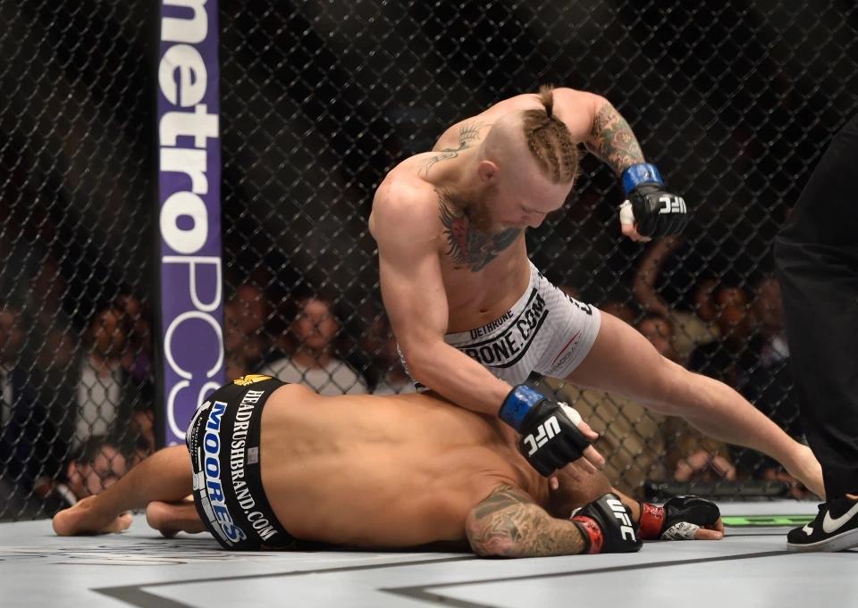 Conor McGregor knockout Dustin Poirier ở hiệp 1 trong lần gặp nhau đầu tiên vào năm 2014.