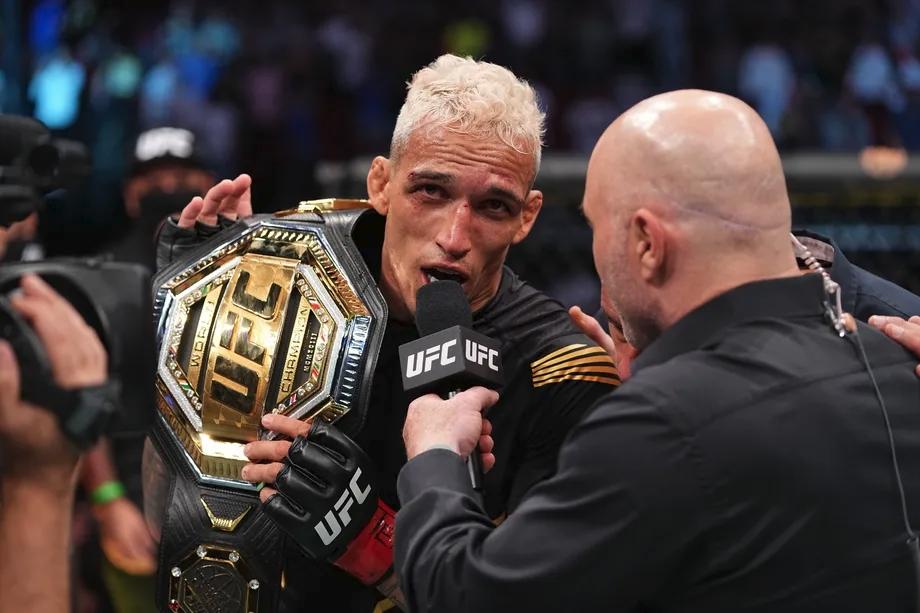 Charles Oliveira đang là nhà vô địch hạng nhẹ UFC.