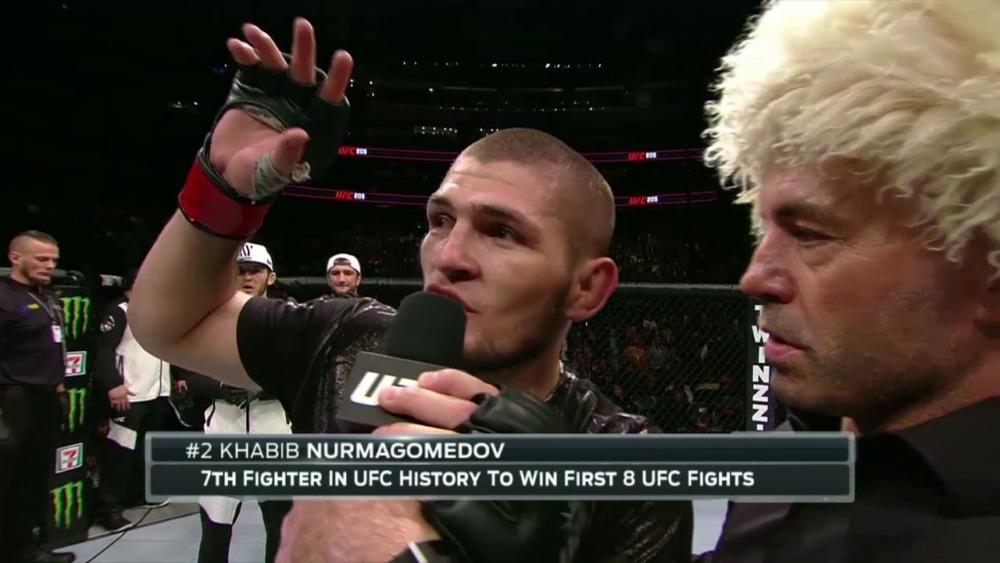 Khabib Nurmagomedov trong lồng bát giác tại UFC 205.