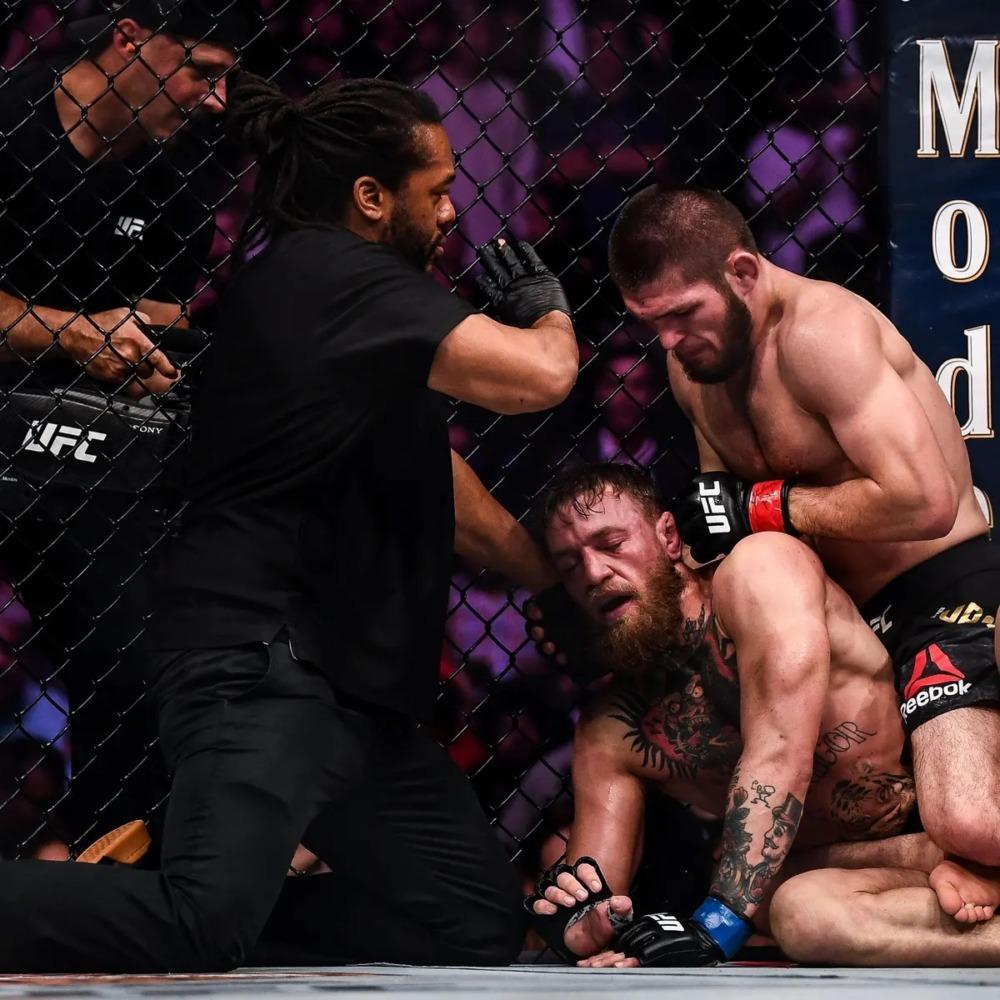 Khabib Nurmagomedov đánh bại Conor McGregor tại UFC 229 trong cuộc chiến bảo vệ đai đầu tiên của mình.