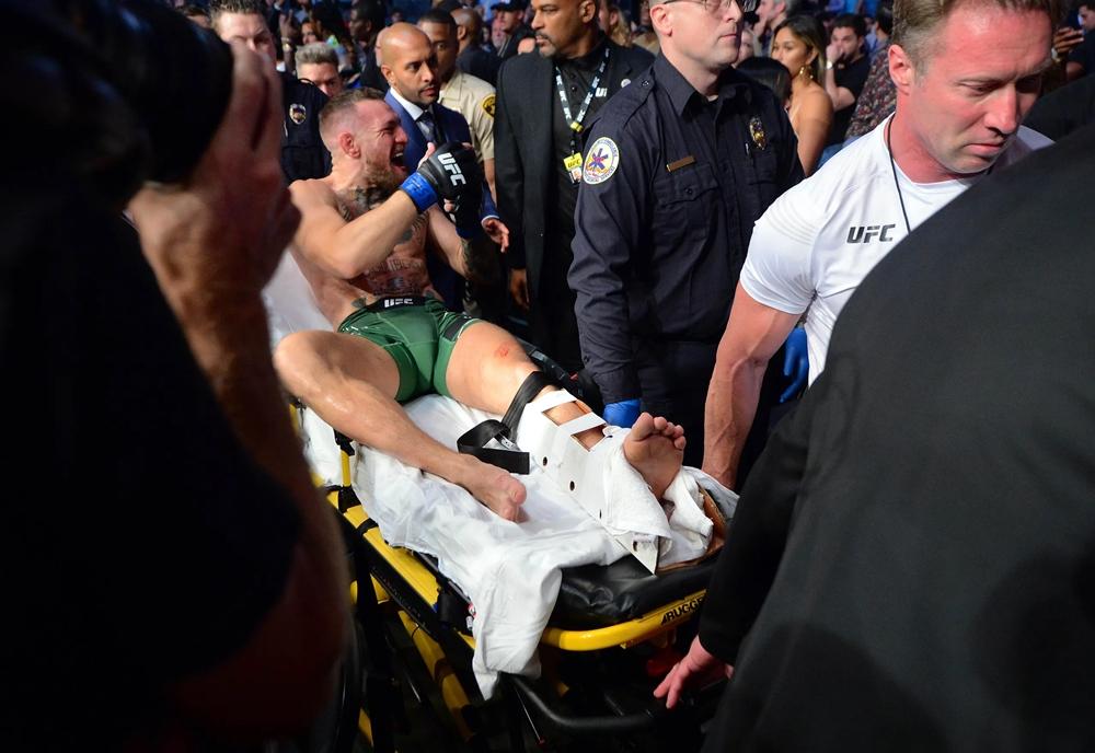 Conor McGregor bị xử thua sau khi chấn thương và không thể tiếp tục thi đấu ở hiệp 1.