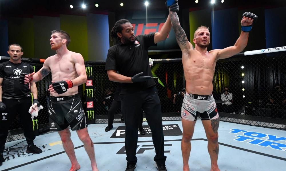 TJ Dillashaw nhận phán quyết thắng cuộc trong trận đấu với Cory Sandhagen.
