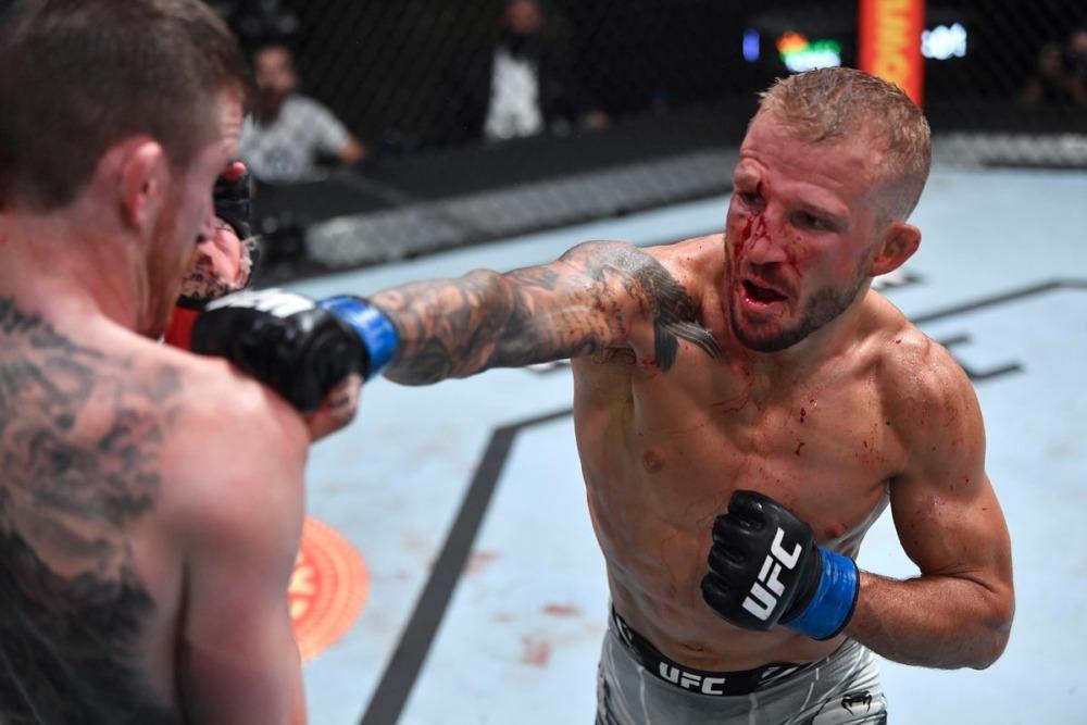 Dillashaw bị thương ở mắt trong cuộc đấu với Sandhagen.