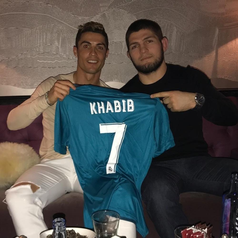 Khabib Nurmagomedov và Cristiano Ronaldo có mối quan hệ khá thân thiết.