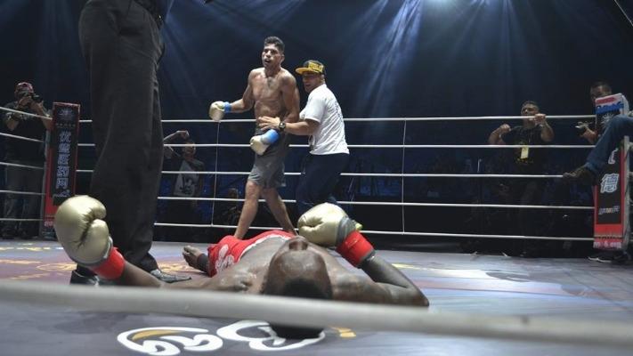 Alex Pereira từng đánh bại Israel Adesanya khi thi đấu kickboxing.