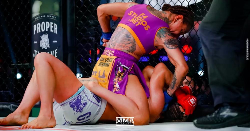 Cris Cyborg đánh bạiJulia Budd để chính thức giành đai vô địch hạng cânFeatherweight trên sànBellator.