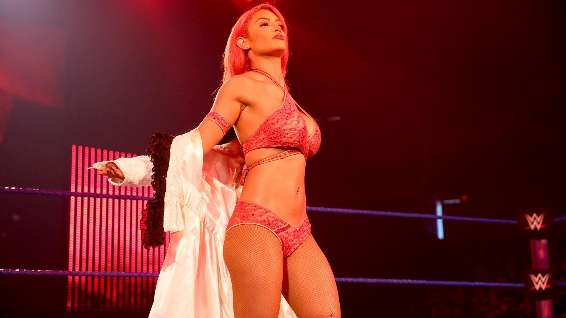 Eva Marie trong 1 sự kiện WWE vào năm 2017.