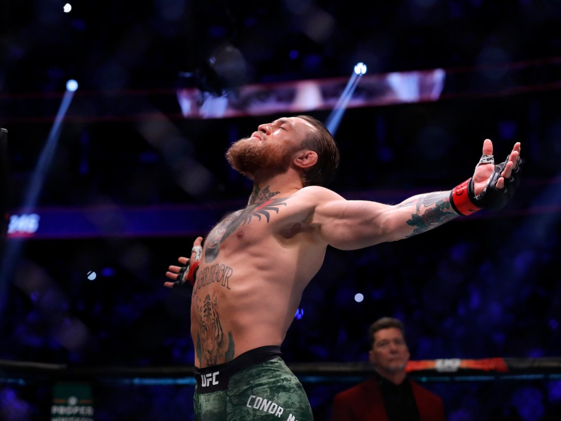 Conor McGregor knock out kỹ thuật Donald Cerrone chỉ sau 40 giây.