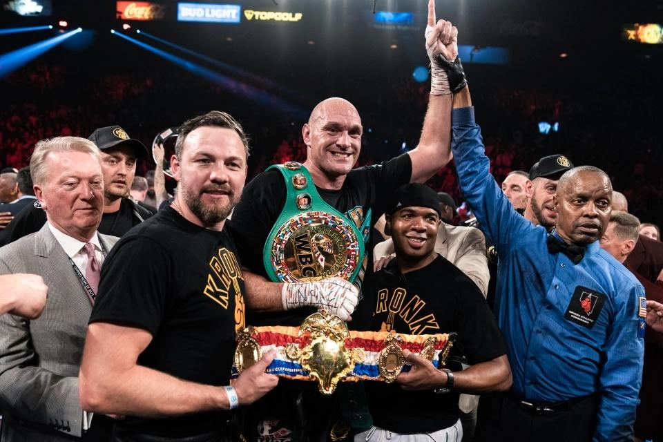 Tyson Fury ăn mừng chiến thắngDeontay Wilder ở lần tái đấu.