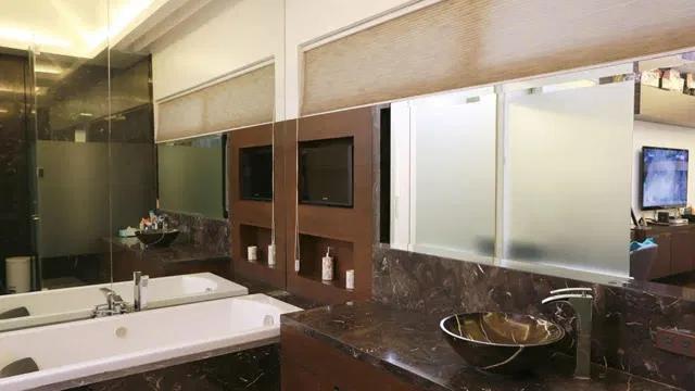 Phòng tắm với các trang thiết bị xa xỉ.