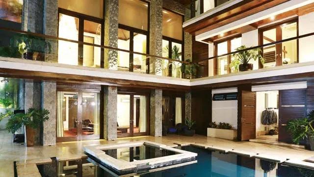 Nhiều phòng trong căn biệt thự đều có tầm nhìn hướng về phía bể bơi.