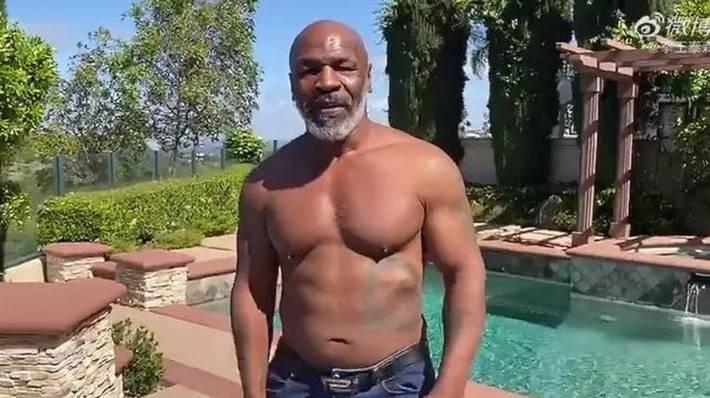 Mike Tyson có cơ thể ấn tượng ở tuổi 53.