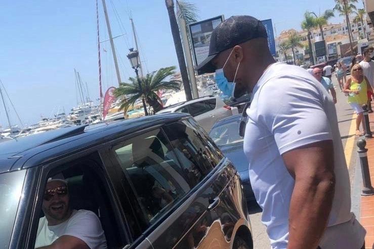 Joshua vàFury tình cờ gặp nhau ởMarbella, Tây Ban Nha.