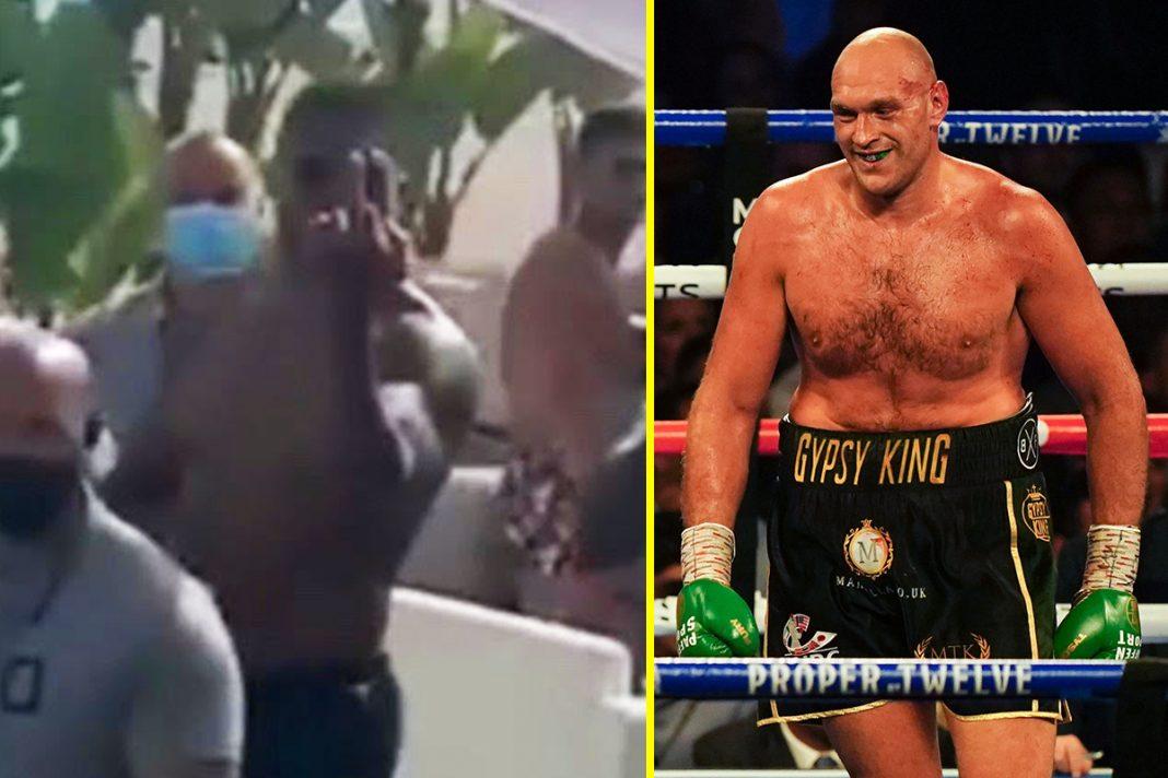 Anthony Joshua giơ ngón tay thối với fan hâm mộ Tyson Fury