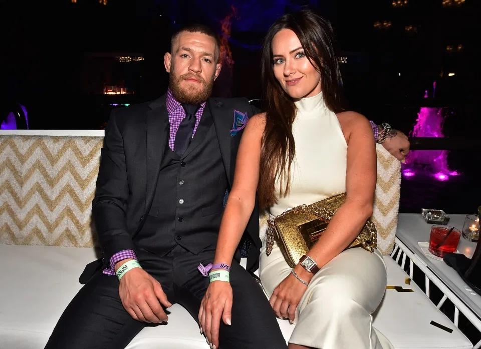 Thực tế,McGregor đi cùng vợDee Devlin.
