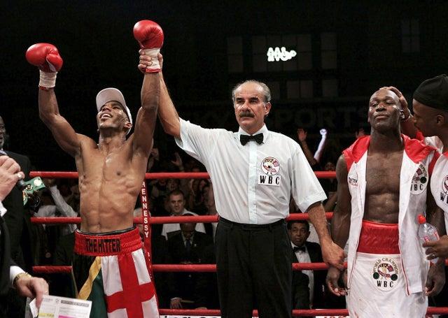 Junior Witter (trái)lỡ cơ hội đối đầu vớiFloyd Mayweather ở trận tranh đai WBC.