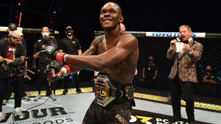 Israel Adesanya cán mốc 100 chiến thắng ở các bộ môn đối kháng sau khi bảo vệ thành công chiếc đai hạng trung UFC.