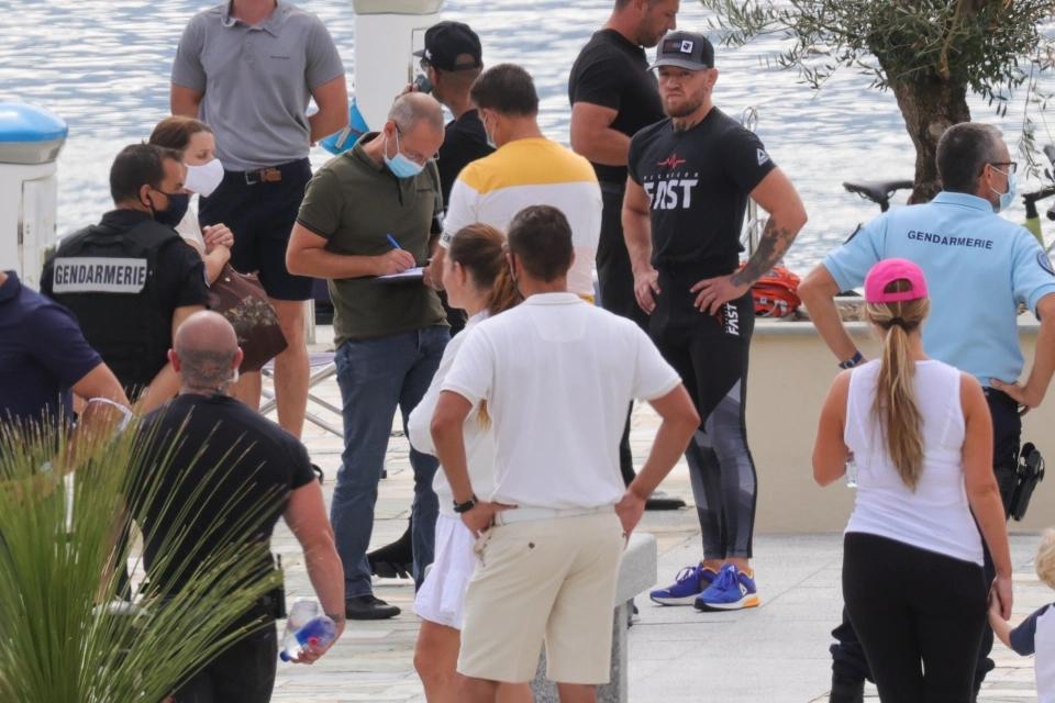 Cảnh sát đột kích du thuyền Conor McGregor để thực hiện lệnh bắt giữ.