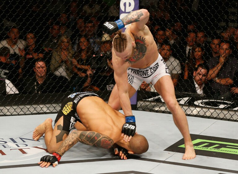 Conor McGregor đánh bại Dustin Poirier hồi năm 2014.