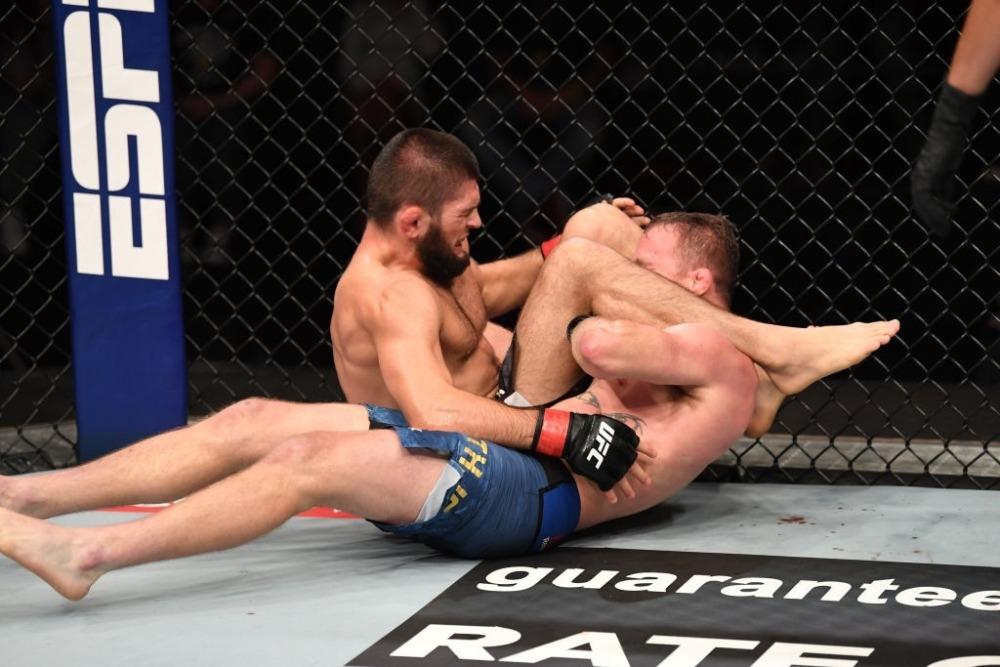 Khabib Nurmagomedov khiến Justin Gaethje đầu hàng bằng đòn khóa tam giác.