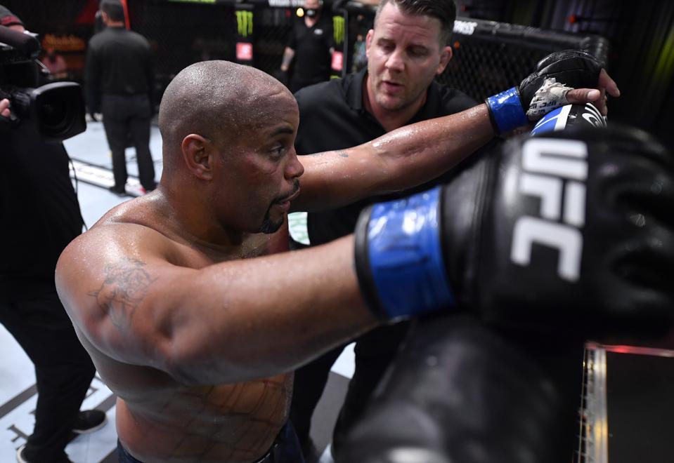 Daniel Cormier đã tuyên bố giải nghệ sau thất bại trước Stipe Miocic tại UFC 252.